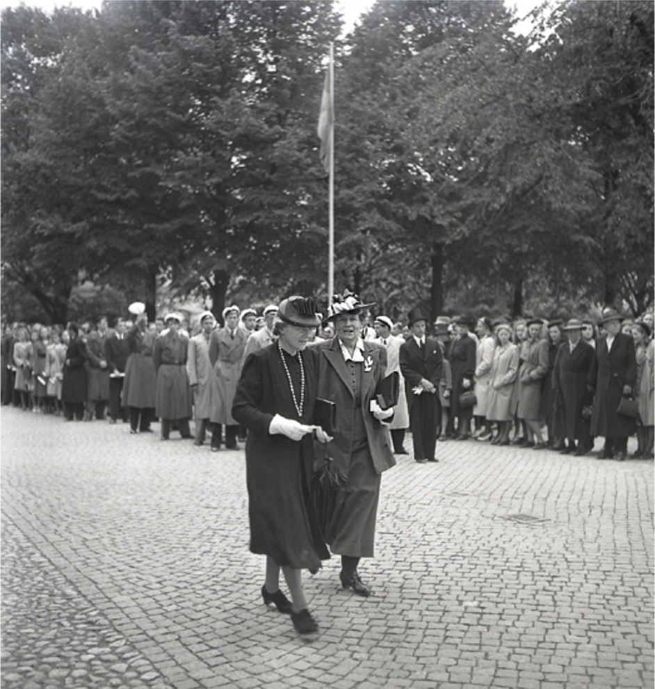 På bilden syns Ingegerd Beskow och (förmodligen) biskopinnan Brilioth på  väg in i domkyrkan. Foto  Yngve Andersson   Kulturparken Småland   Smålands  museum. 928948ea38970